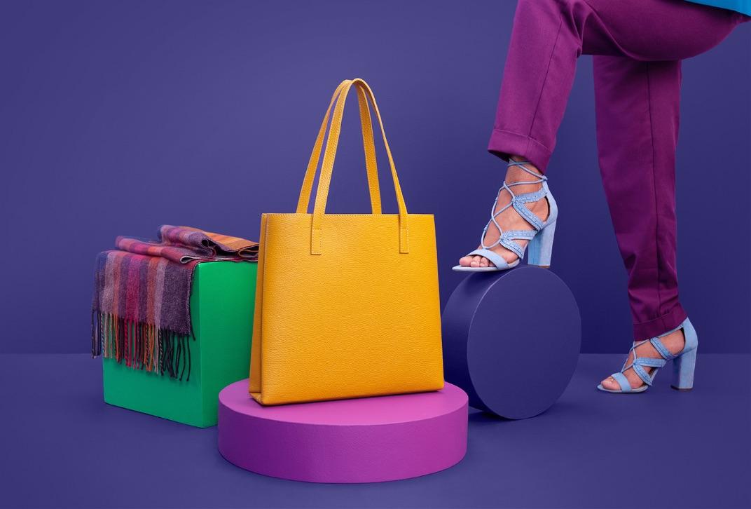 Foulard violet, sac à main jaune et personne portant des chaussures bleues à talons hauts